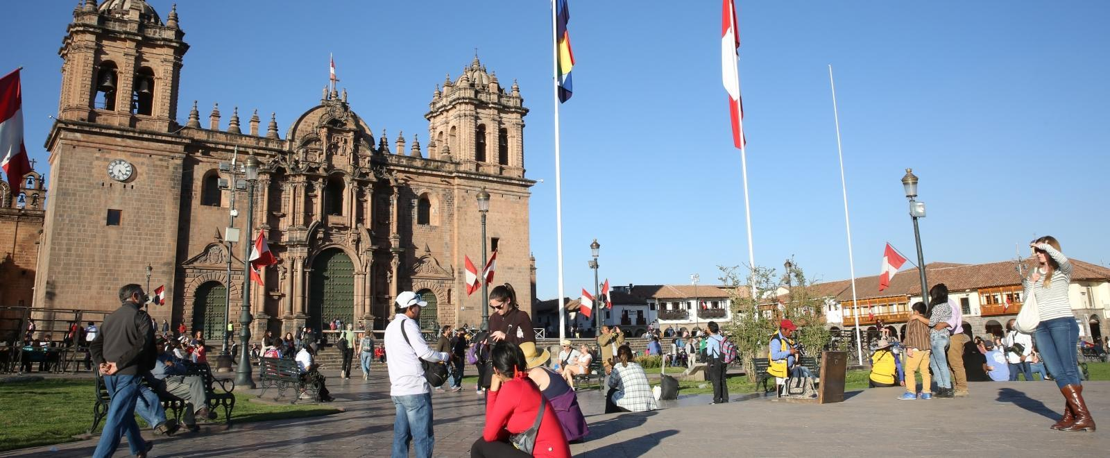 On the Spanish Language Course in Peru, students explore the local area and stop by a cathedral.